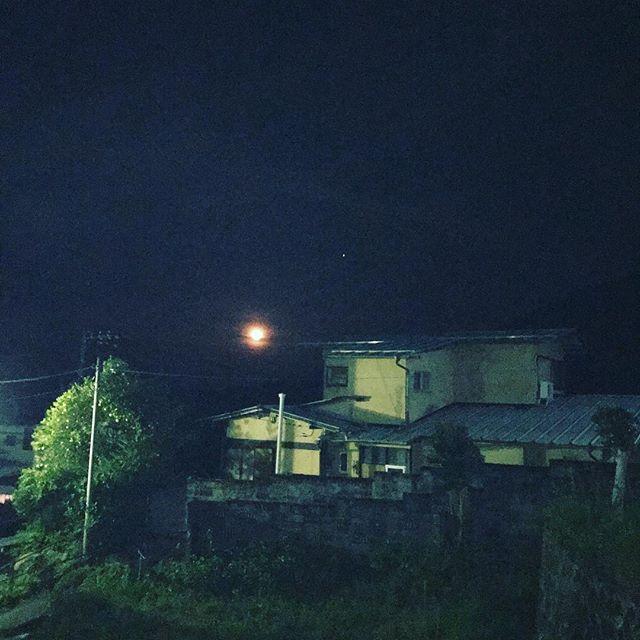昨夜 玄関先から見た月は十六夜下り坂の天気を示したのか赤く光っていました。#hakone  #hakone_enjoy  #箱根  #箱根っていいよね  #箱根大平台  #箱根上の湯  #スイッチバックの宿