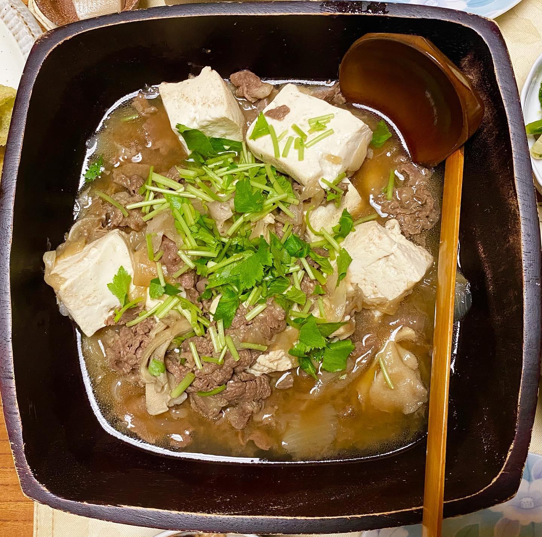 みなさん、こんばんは!旅館 箱根上の湯のインスタグラムを見てくださりありがとうございます。先日のメニューのひとつ、肉豆腐の写真です(^ ^)女将に教わり、私もつくれるようになりました_(┐「ε:)_♡お出汁が効いた肉豆腐、ぜひ食べにいらしてくださいね!(※夕食メニューはその日の食材によって異なります)・・・箱根上の湯では、現在スタッフさんを募集しております。詳細は以下をご確認ください。お電話お待ちしております(^ ^)・・・【旅館スタッフ募集のお知らせ】旅館 箱根上の湯(はこねかみのゆ)では、現在スタッフを募集しております。○雇用形態:契約社員○業務内容: チェックイン・チェックアウト対応、ルーム清掃、料理補助など旅館業全般○給与:月給15万円(交通費支給)○勤務時間:週4日(金〜月の4日間)7:00〜21:30のうち8時間○条件:女性のみ。経験者歓迎。○勤務場所:箱根町大平台535-1旅館 箱根上の湯(はこねかみのゆ)担当・若松(ワカマツ)0460-82-6681・・・当館では、「断食プラン」のサービスもご提供しておりますっ。「断食」と聞くと、「ダイエット」のイメージがお強い方もいらっしゃるかもしれませんが、胃腸をきれいにしたい、心と体をリセットしたい、断食ってどういうものか体験してみたい!など、お客様の目的はさまざまです(^ ^)水を一切使わない、女将特製の野菜ジュースを飲みつつ、岩盤浴に入りつつ、お散歩などしつつ、、、箱根の自然の中で、心身をリセットしていただければと思います(o^^o)(女将の健康講話もありマス☆)断食プラン、みなさまもいかがでしょうか???・・・箱根上の湯は現在感染対策に努めつつ営業しております。全部屋数5部屋の小規模旅館ですので、どうぞ安心してお越しください。ご予約はプロフィールのURLからお待ちしております(^ ^)#箱根旅行 #箱根 #箱根温泉 #箱根上の湯  #源泉かけ流し #岩盤浴 #デトックス 効果もあります。#女子旅 #心と体の健康 #健康的な食事 #女将 の#手料理 は#体に優しい です。#箱根登山鉄道 #箱根登山電車 #箱根登山バス #大平台 から徒歩5分です。#撮り鉄 さん必見!#スイッチバック の中にある旅館です。 #運転再開  #箱根駅伝 #ヘアピンカーブ の近く #線路 #箱根湯本 から2駅です♪#感染対策 をしつつ営業しております。#hakone  #hakoneproject #肉豆腐  #スタッフ募集中 #スタッフ募集